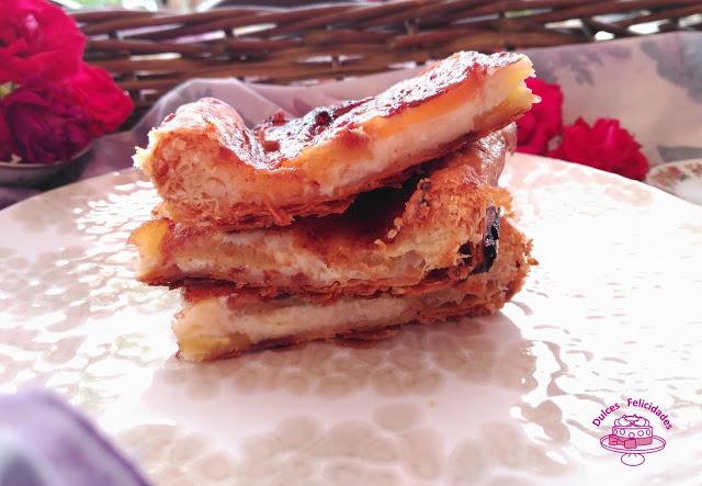 Tarta de manzana, canela y mermelada de fresas con hojaldre