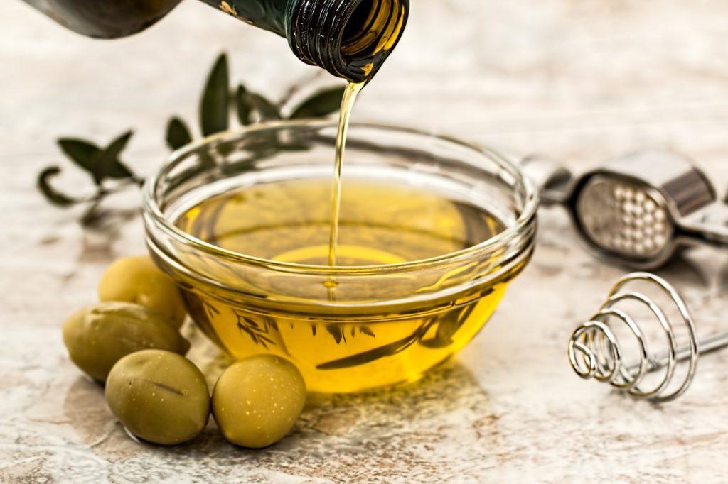 El aceite de oliva: presentaciones, beneficios y consejos de utilización.