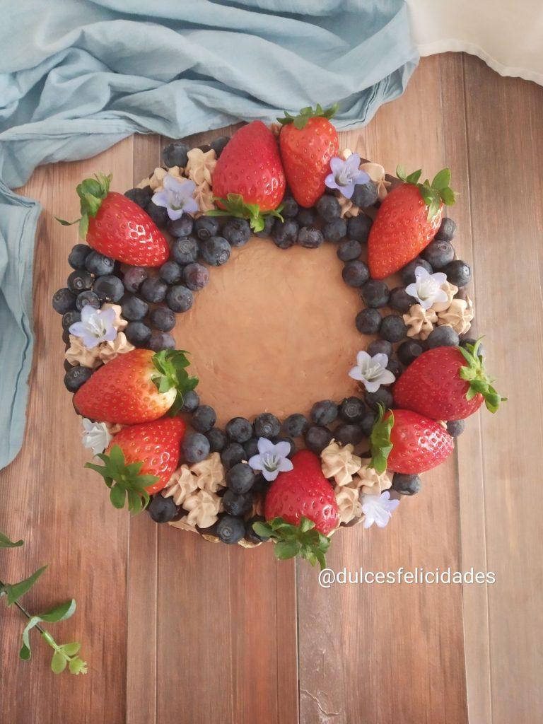 Tarta de obleas con Nutella decorada con frutas Tarta de obleas y Nutella con fresas y arándanos Tarta de obleas y Nutella con frutos rojos Tarta con frutas