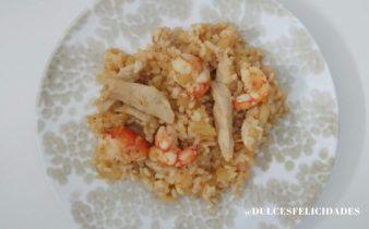 Salteado de arroz con pollo y gambas. Arroz salteado con gambas y pollo