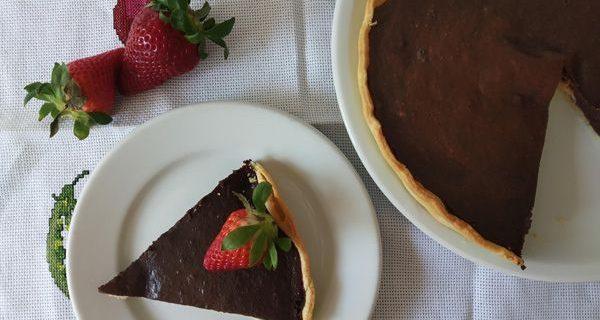 Tarta de chocolates fácil con masa quebrada. Pie de chocolate con pasta brisa.