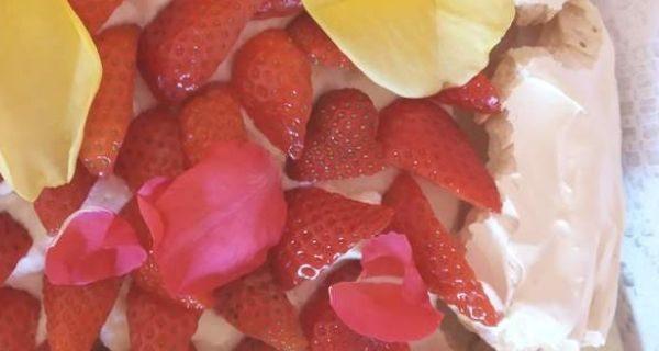 Tarta pavlova con nata y fresas receta clásica